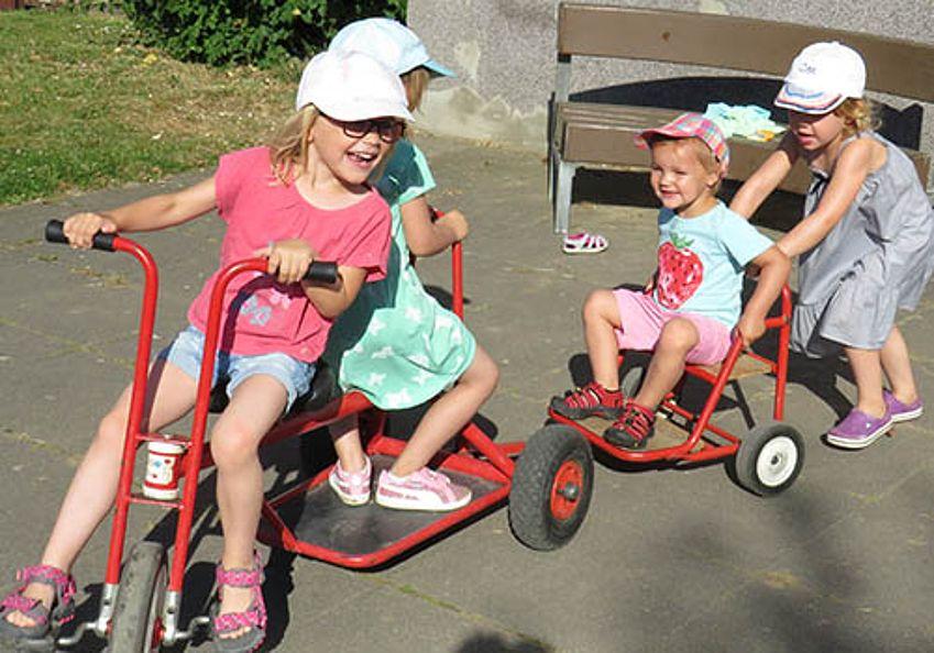 Kinder auf dem Fahrrad