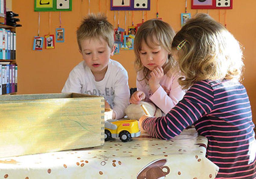 Kinder spielen am Tisch