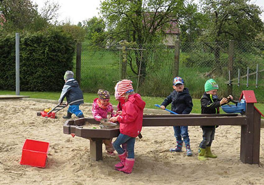 Im Sandkasten spielen